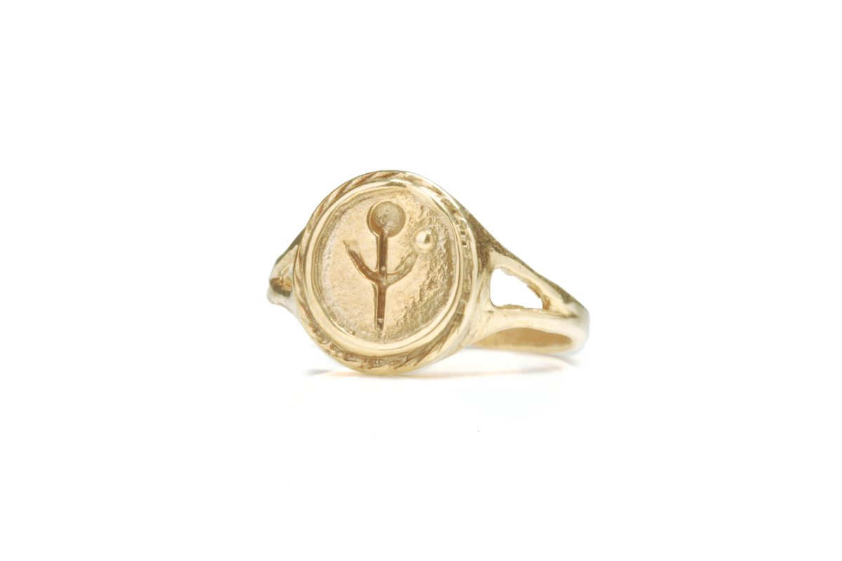 gold empanda signet ring